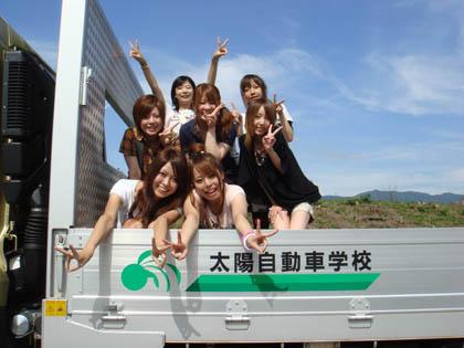 トラックの上で記念撮影