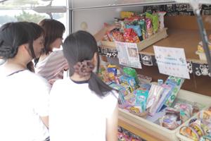 移動販売車でお菓子や日用品が購入可能です。