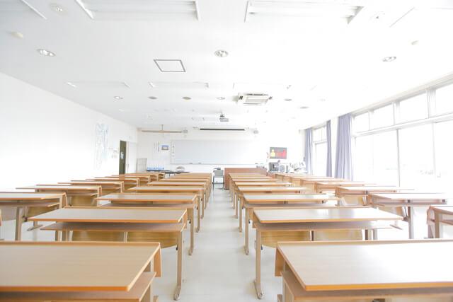 こんな感じの教室で学科教習を受けていただきます。
